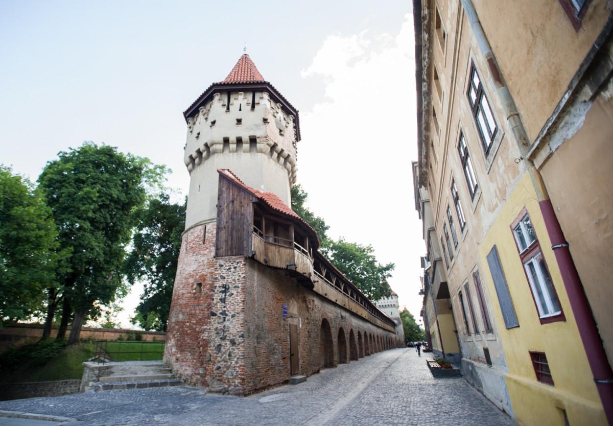 Zidul cetății de pe bulevardul Corneliu Coposu și turnurile de apărare de pe strada Cetății intră în reparații