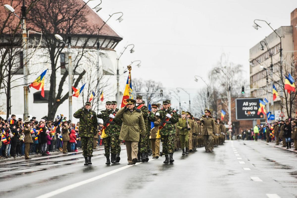 FOTO/VIDEOZiua Națională la Sibiu: 500 de militari în defilare pe Bulevardul Spitalelor