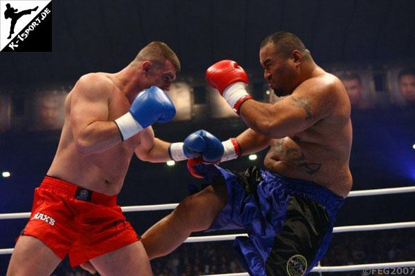 Octombrie, dă-i bătaie. Pe lângă gala de MMA, Sibiul găzduieşte şi cel mai spectaculos show de kickbox al anului