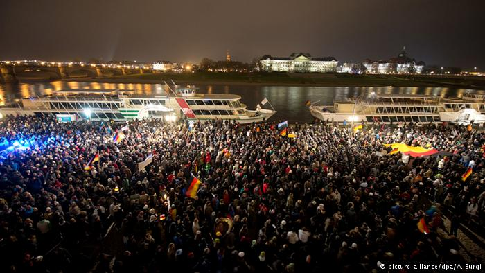 Zece maşini incendiate la Dresda, în timpul unui miting al mişcării antiislam PEGIDA