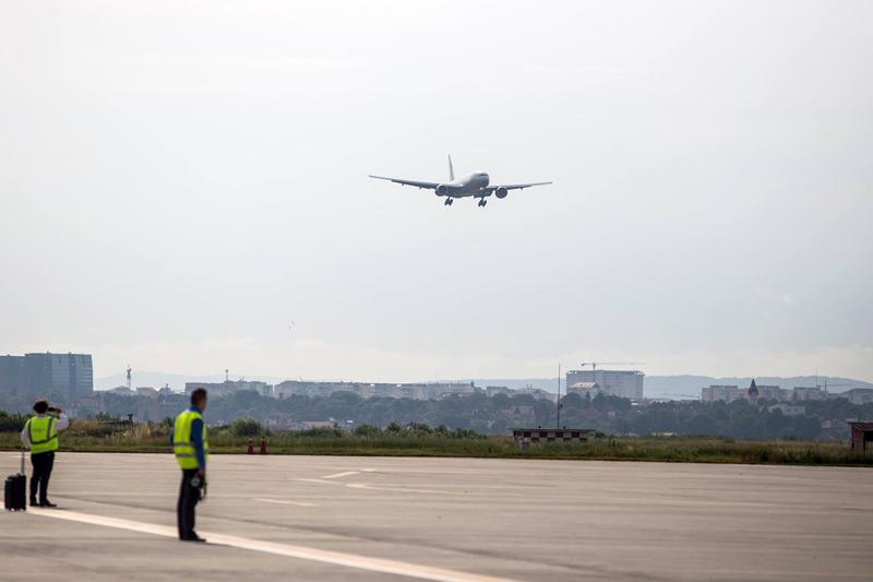 Avion reîntors pe Aeroportul Sibiu, din cauza unor probleme tehnice