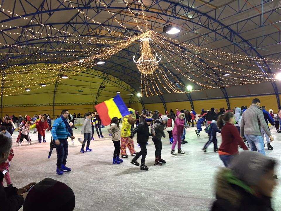 Patinoarul din Cisnădie se deschide la 1 decembrie. Cisnădienii spun că au cel mai înalt brad de Crăciun din țară