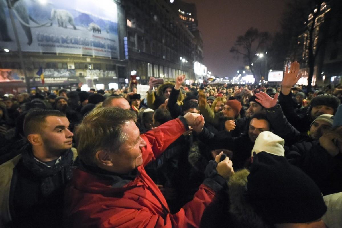 Iohannis s-a alăturat manifestanților în Piața Universității