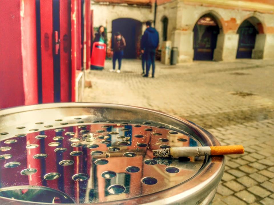 """""""Orice minune ține trei zile"""". Ce spun sibienii despre interzicea fumatului în spațiile publice"""