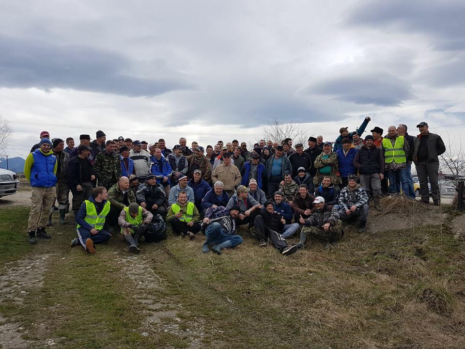 Premieră la Sibiu: Aproape 200 de pescari au strâns peste o mie de saci de gunoi de pe malurile Oltului