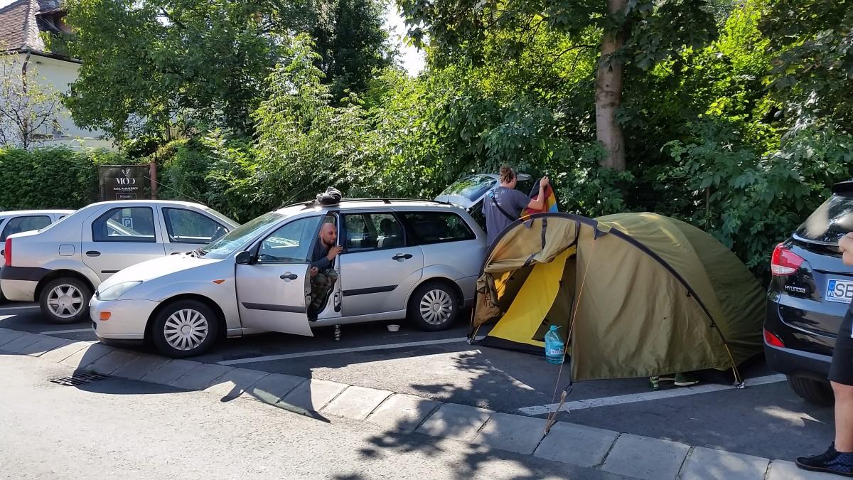 Vacanță tristă pentru patru turiști polonezi. Acum stau cu cortul în parcarea de la Polisano