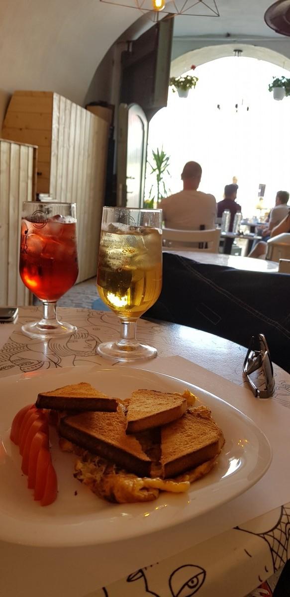În gaura iepurelui din Piața Mare: Parcă a gătit chelnerul