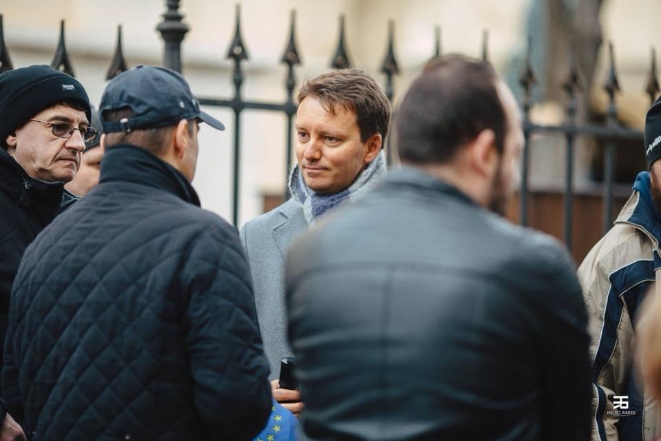 VIDEO-Europarlamentarul Siegfried Mureșan, la protestul #VavedemdinSibiu: Politicienii care nu se simt bine între oameni au o problemă!