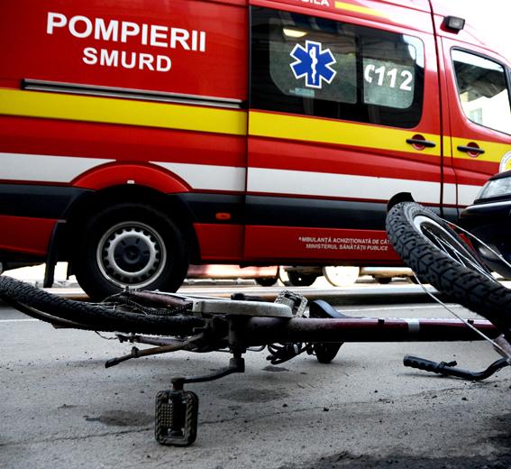 &;(Ne)atenție la bicicliști: lovit de o portieră, acroșat apoi de o mașină