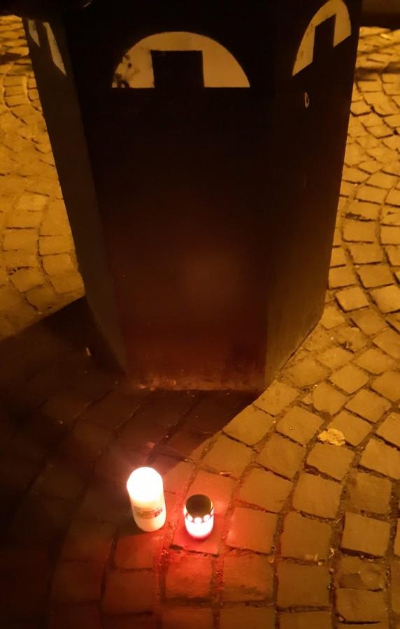 Lumânări pentru protestatarul decedat duminică