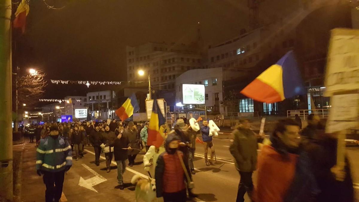 ACTUALIZARE - VIDEO Șirul protestelor continuă. Aproape 400 de oameni, în marș