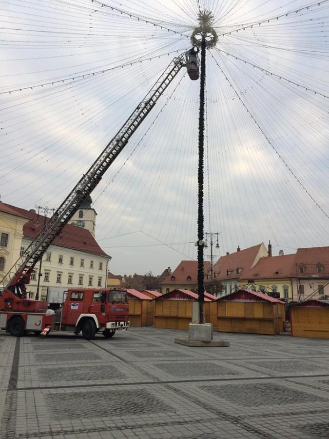 A început construcția braduluidin Piața Mare, cadoul de Crăciun pentru oraș din partea unei mari companii sibiene