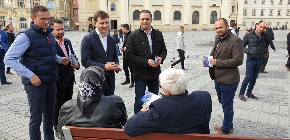 Președintele PSD Sibiu, Bogdan Trif, alături de candidații PSD la europarlamentare, Victor Negrescu, Mihai Macaveiu și Alexandru Popa, în mijlocul sibienilor