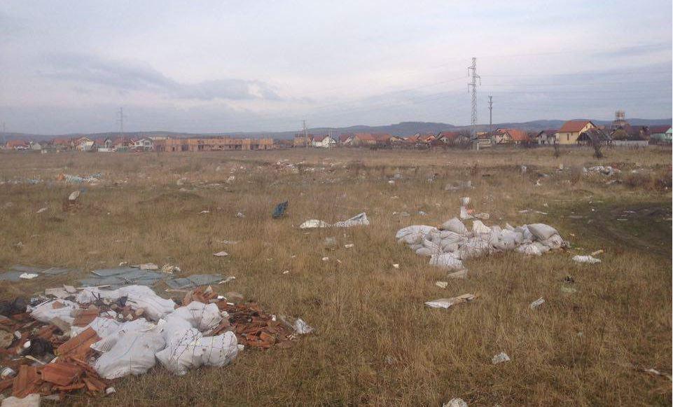 Câmpul cu gunoaie din Cartierul Tineretului. Dacă nu-l curăță, vor fi supraimpozitați cu 500%