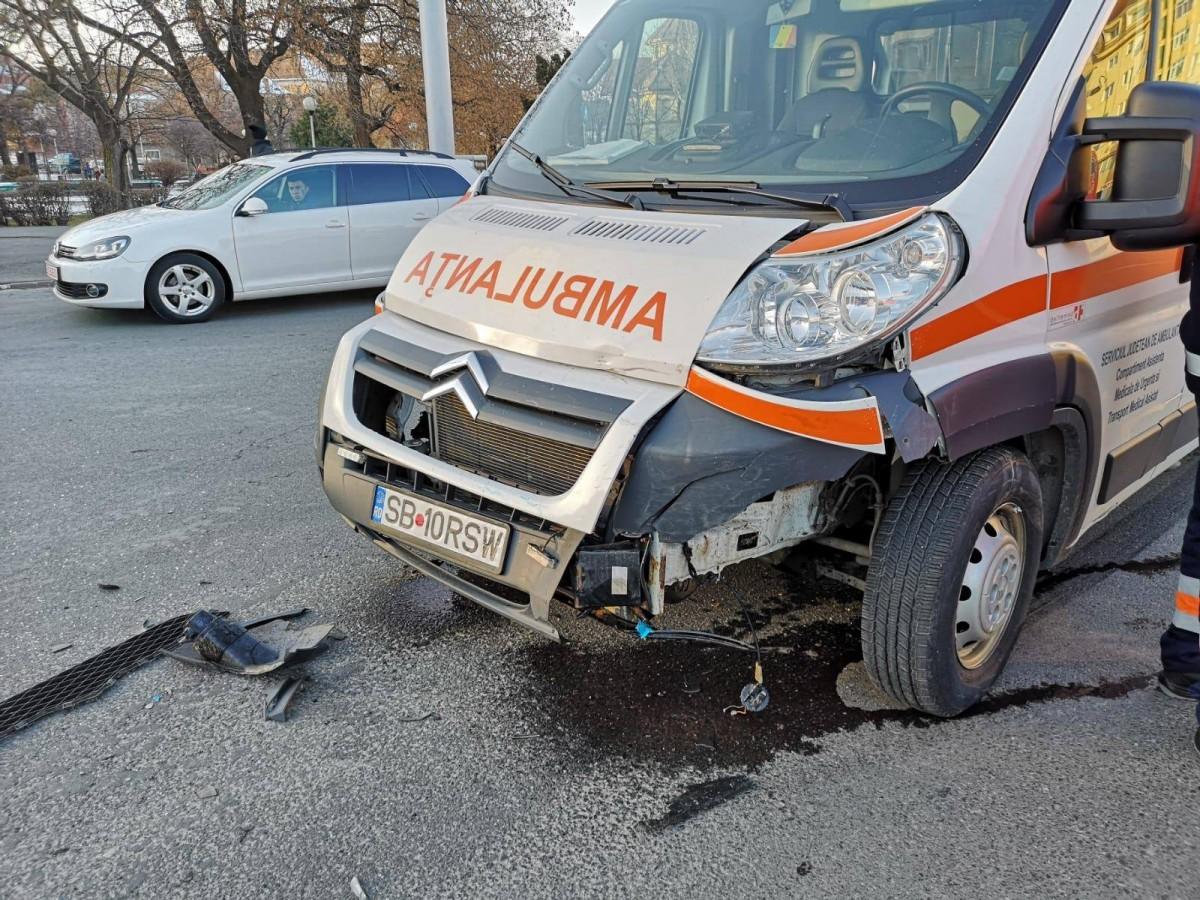 Accident. O ambulanță tamponată în sensul giratoriu FOTO