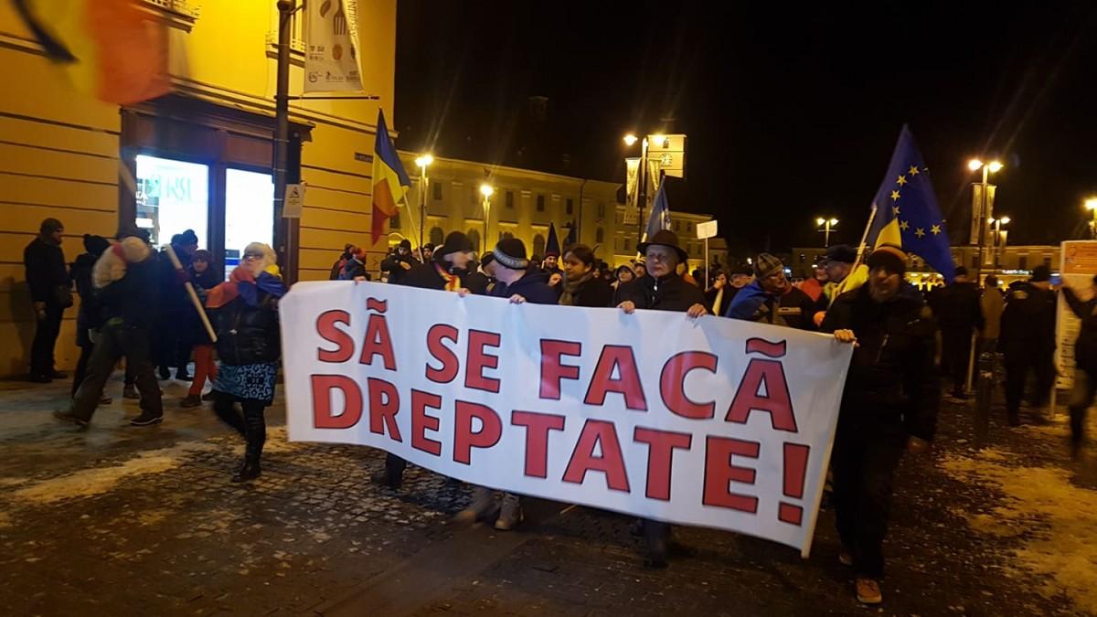 """Peste 5.000 de sibieniau mărșăluit în Sibiu. """"Hai români, hai cu toți, să scăpăm țara de hoți!"""" FOTO VIDEO"""