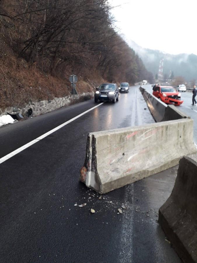 Trafic îngreunat pe Valea Oltului, după ce un șofer a intrat cu mașina într-un parapet
