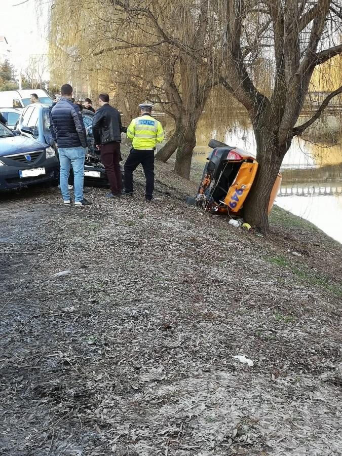 Taxi răsturnat pe strada Râului, din cauza unei șoferițe neatente