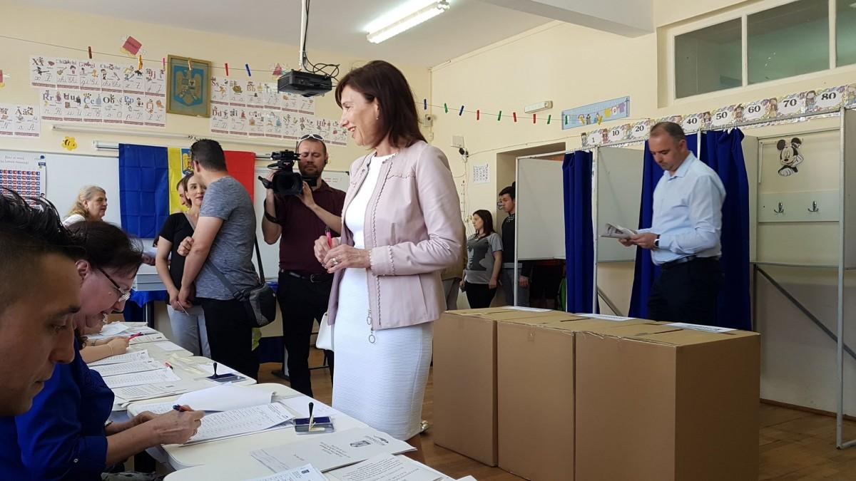 """Carmen Iohannis a votat în Sibiu """"pentru România europeană"""". Președintele a votat în București"""