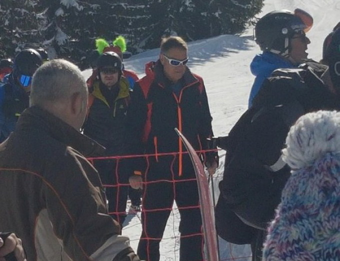 Iohannis a fost azi la schi. Protestul nu l-a deranjat