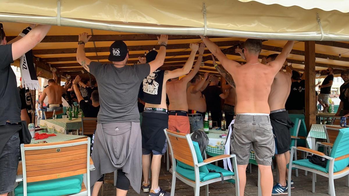 FOTO-VIDEO Petarde și scandări în Piața Mare: Suporterii U Cluj au început provocările