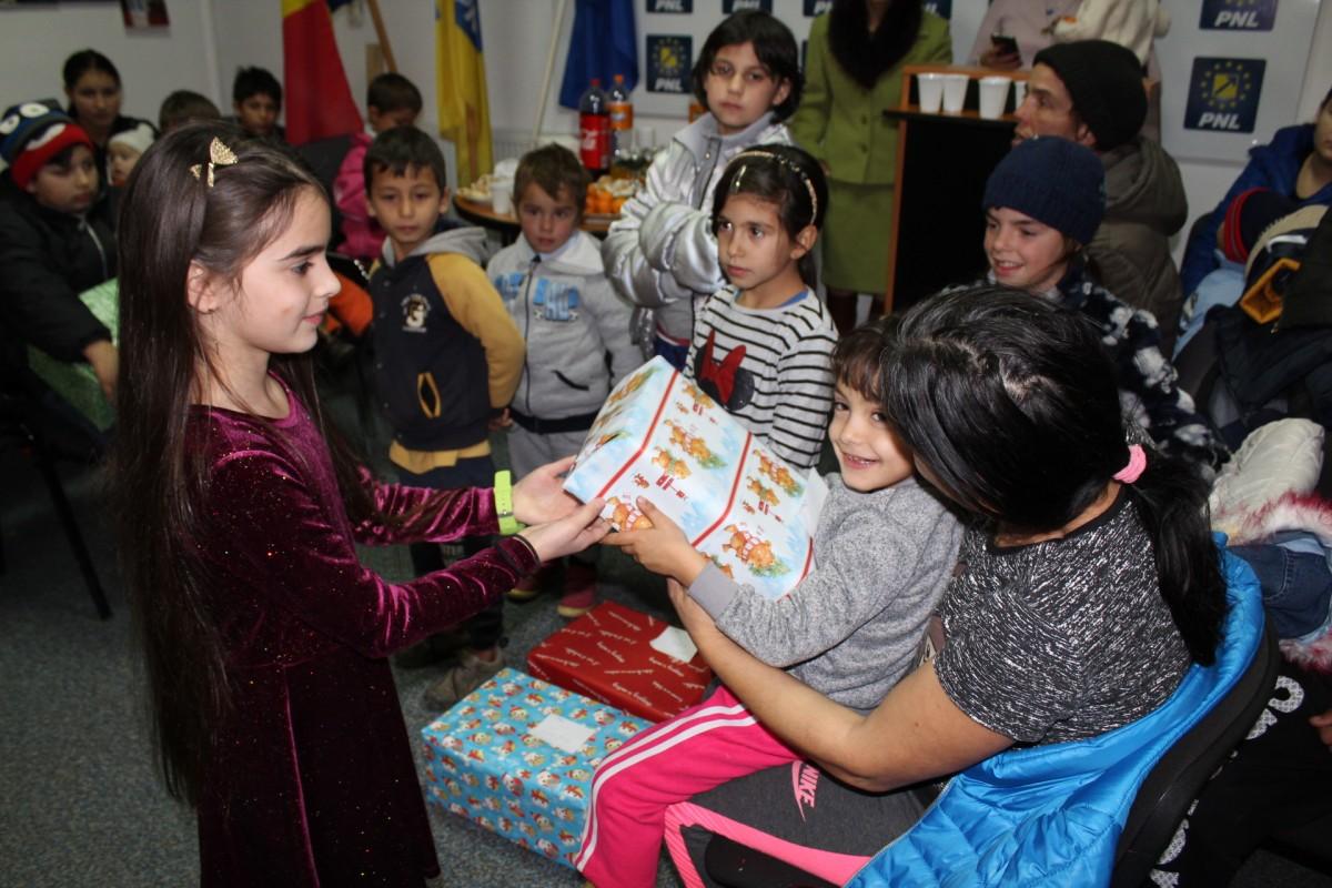 Membrii PNL Sibiu au oferit cadouri copiilor nevoiașidin Viile Sibiului, Roșia și Marpod