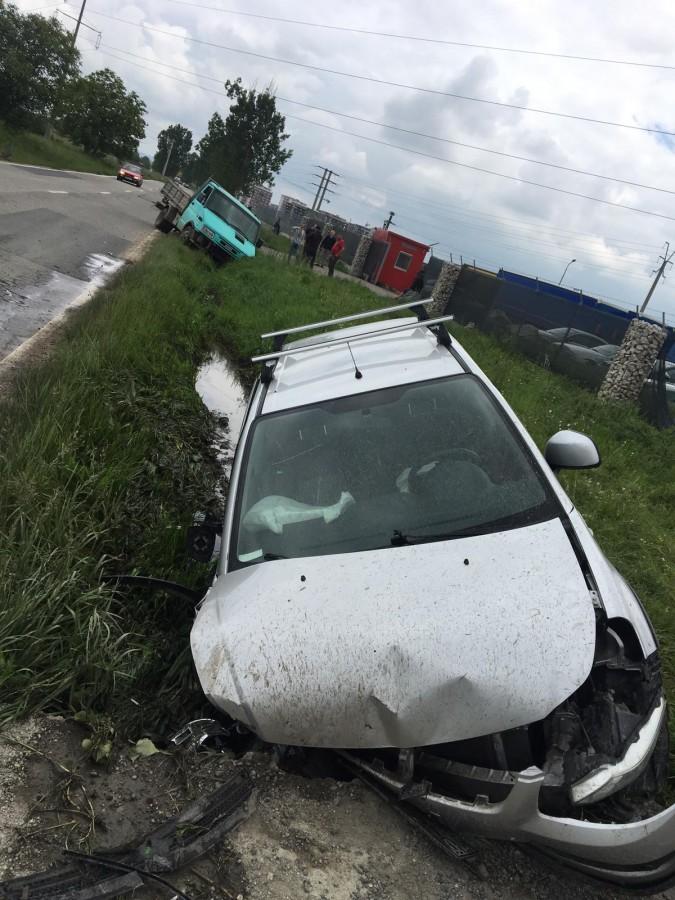 Accident pe Calea Șurii Mici. Și-a distrus mașina pentru că nu s-a uitat în oglindă