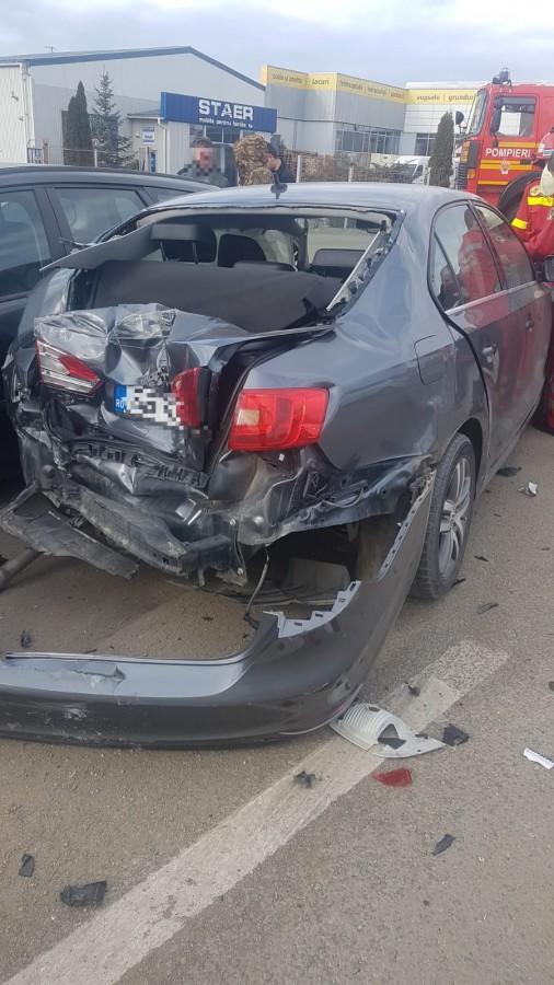 Accident cu 6 mașini, pe DN 1 la Șelimbăr. Un bărbat a fost dus la spital