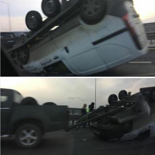 Accident pe A1.Oplatformă care transporta un autoturism s-a răsturnat pe carosabil