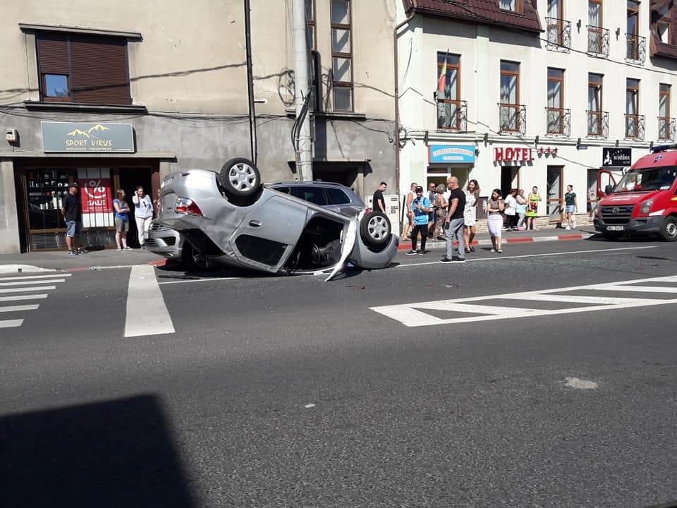 ACTUALIZARE. Automobil răsturnat în sensul giratoriu de la Ibis. Două persoane au fost rănite