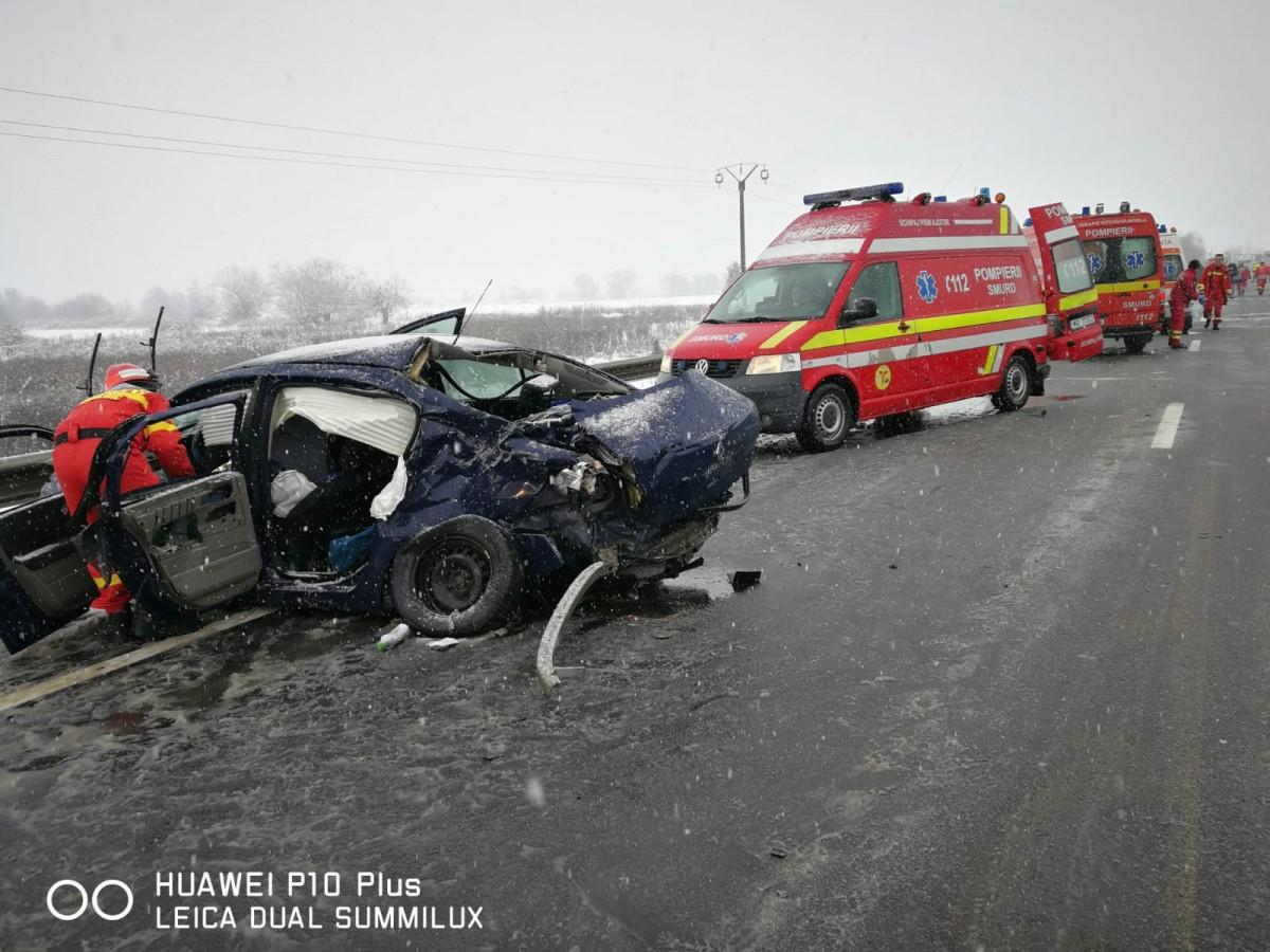 Accident cu 10 răniți. Șoferul care a provocat accidentul avea anvelopele de iarnă uzate | foto video