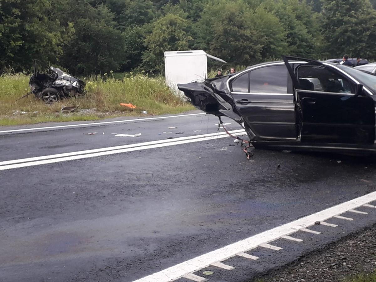 FOTO ACTUALIZARE Accident în urma căruia o mașină s-a rupt în două. Un pasager a decedat