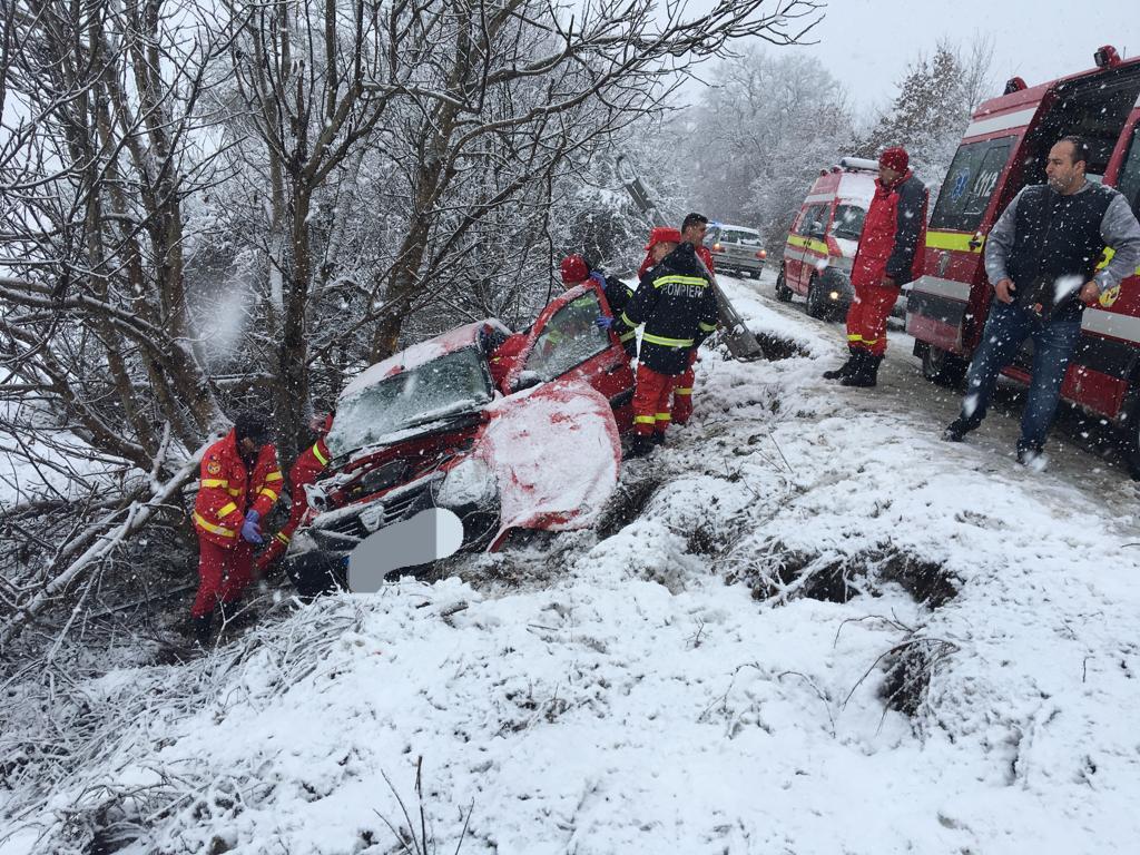 Val de accidente din cauza ninsorii. Un mort și mai mulți răniți, până la ora prânzului