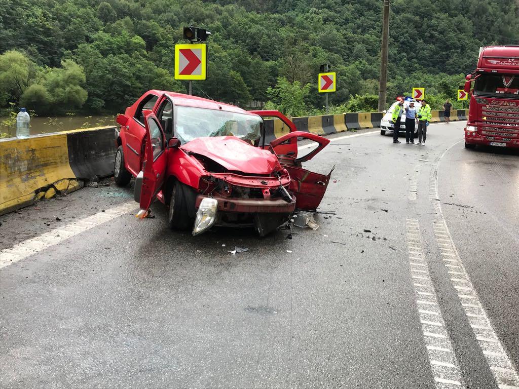 Accident mortal pe Valea Oltului. Coliziune frontală între un TIR și o mașină