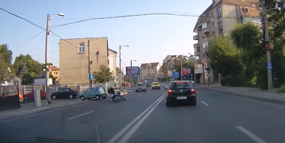 VIDEO Tamponare cu un motociclist. Mașina vinovată nici nu a oprit