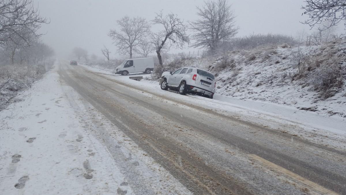 Val de accidente după o oră de ninsoare în Sibiu