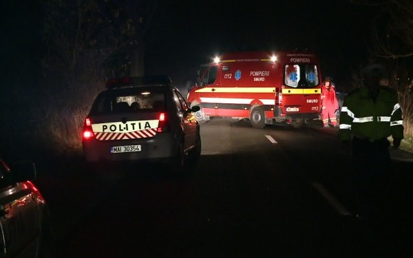 Beat și fără permis, un tânăr s-a răsturnat cu mașina în sensul giratoriu de la Șelimbăr