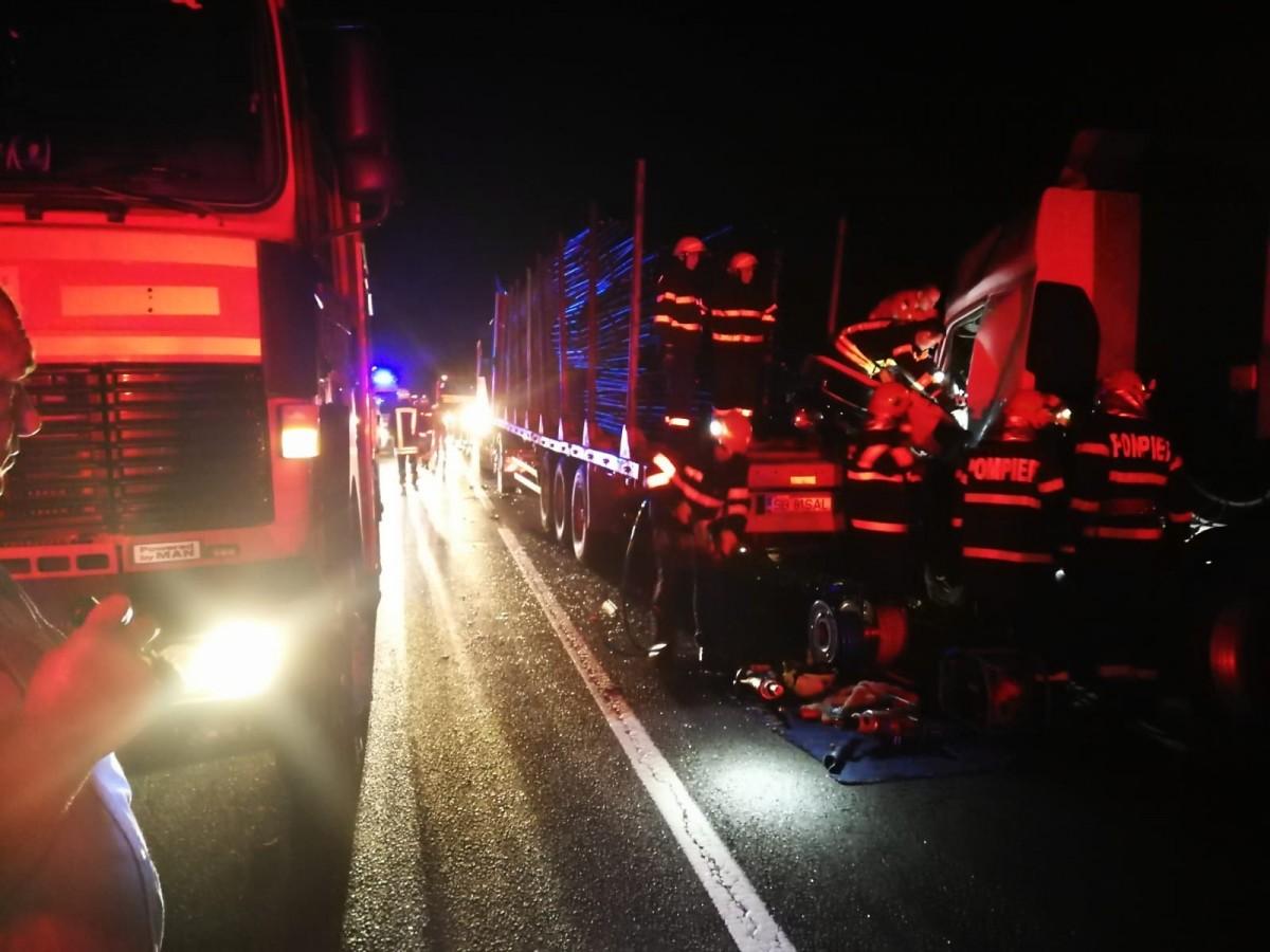 FOTO Carambol pe DN1, lângă Avrig: accident între trei TIR-uri, un șofer - încarcerat