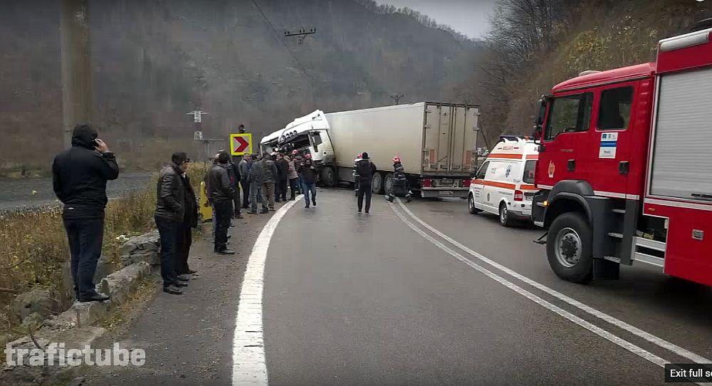 VIDEO – Accident frontal între două TIR-uri, pe Valea Oltului, surprins de camera de filmat