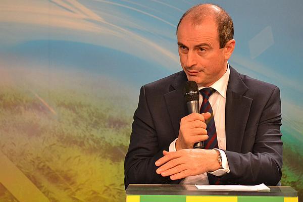 Aflat la Păltiniș, ministrul agriculturii este asaltat de fermieri cu probleme