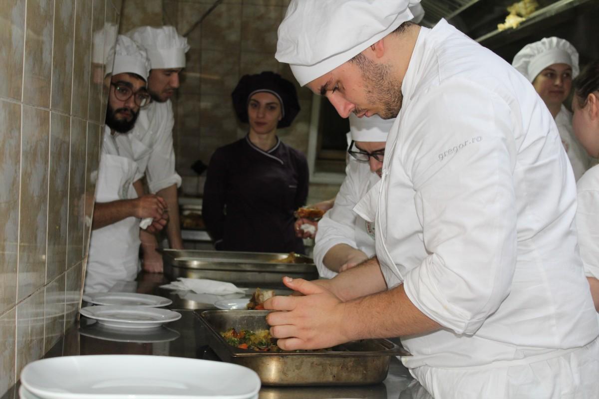 13 tineriau gătit pentru copiiide la Centrul de Plasament Gulliver