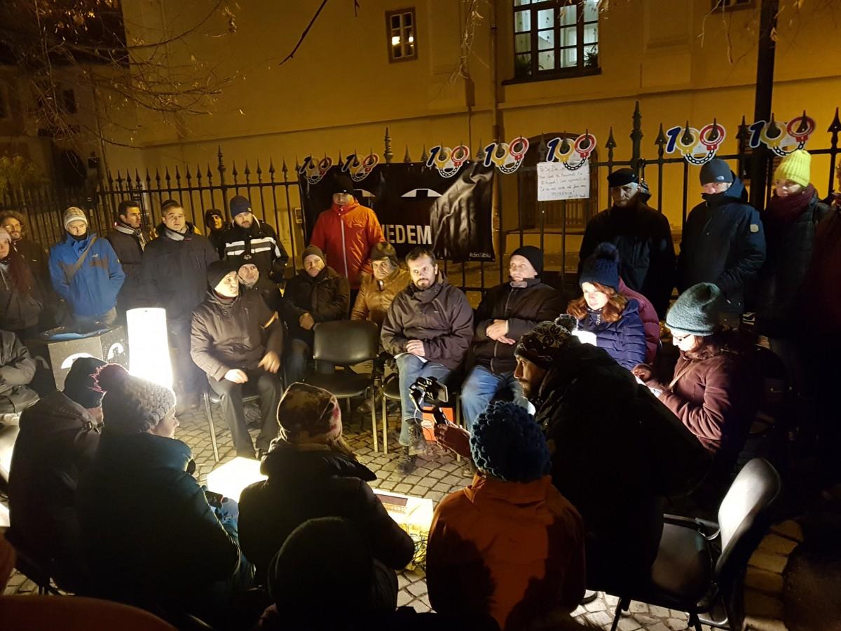 12 ore în fața sediului PSD. #văvedem a citit Declarația de la Sibiu