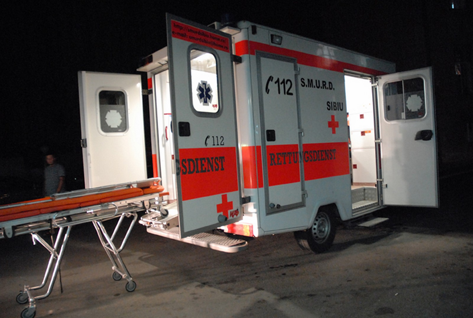O ambulanță care transporta un pacient la Sibiu, implicată într-un grav accident în Gorj
