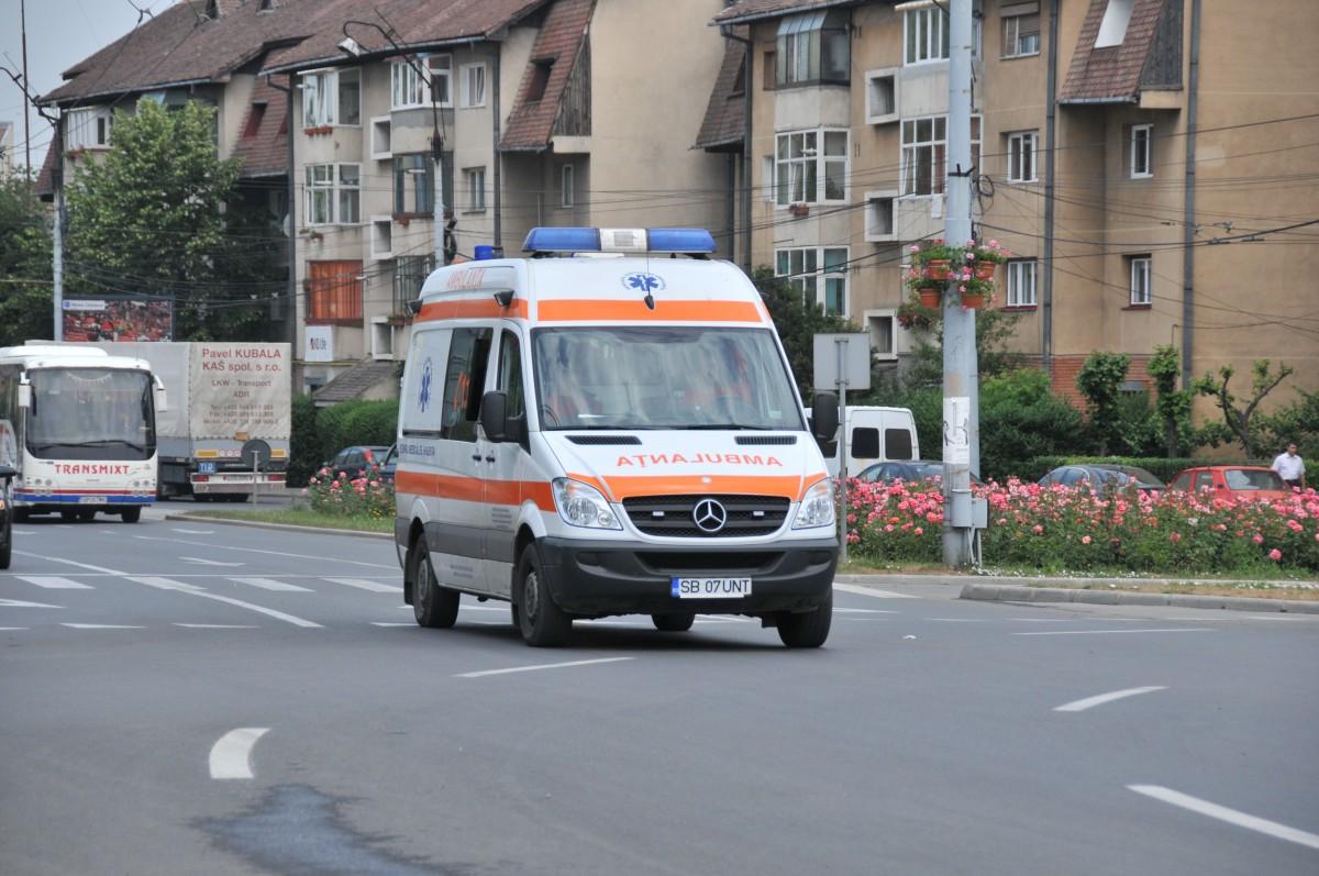 Biclist lovit de o mașină condusă de o sibiancă. Tânărul a ajuns la spital