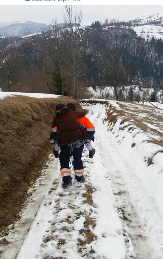 Imagine virală. Un ambulanțier a cărat în spate o pacientă, pentru a o salva