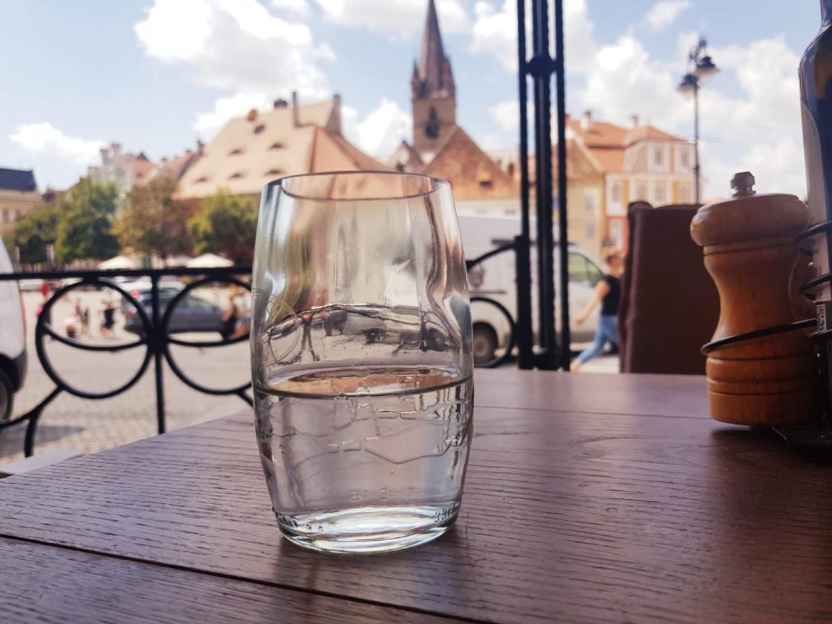 """Teraseleobligate să ofere apă gratuită clienților: """"Avem apă bună la Sibiu"""""""