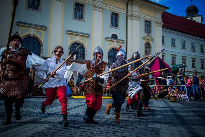 """Cât de medieval este Festivalul Medieval din Sibiu: """"Vrăjitoarele nu au nici o legătură cu medievalitatea"""""""