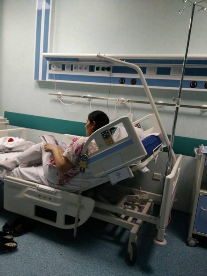 Viral. Otânără asistentă îi citește o poveste unei fetițe de 5 ani de etnie romă