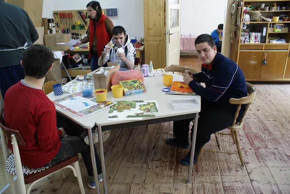 Copiii cu dizabilități creează decorațiuni pentru Crăciun de Ziua Internațională a Persoanelor cu Dizabilități&;&;&;