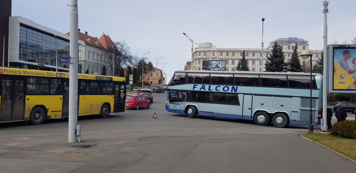 VIDEO Un autocar s-a defectat în cea mai aglomerată girație din oraș. Pe sens opus